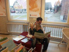 Boekje lezen met papa (en oom) Dennis